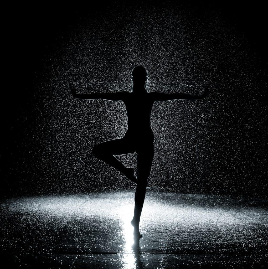 Femme dansant sous la pluie